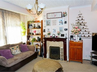 3 bed semi-detached house in Welling
