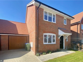 4 bedroom link-detached house in Faygate, Horsham