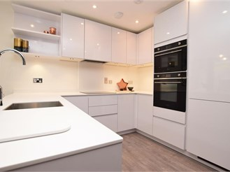 3 bedroom first floor apartment in Purley