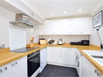 2 bedroom lower-ground floor apartment in Reigate