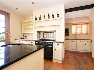 4 bedroom detached house in Nutfield, Redhill