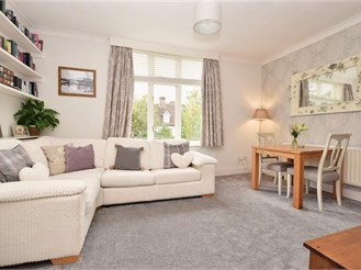 2 bedroom first floor converted flat in Reigate