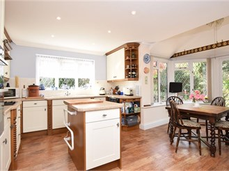 4 bedroom detached house in Ashurst Wood