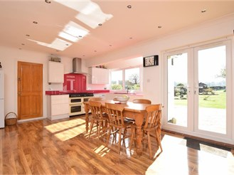 5 bedroom detached house in Lower Kingswood