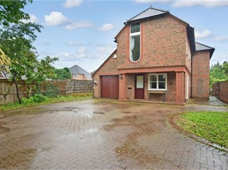 4 bedroom detached house in Salfords, Redhill