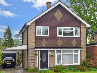 3 bedroom detached house in Horley