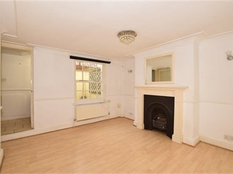 1 bedroom lower-ground floor converted flat in Sutton
