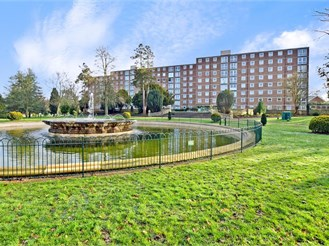 2 bedroom third floor flat in Pound Hill, Crawley