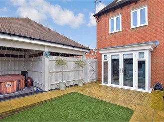 3 bedroom end of terrace house in Broadbridge Heath, Horsham