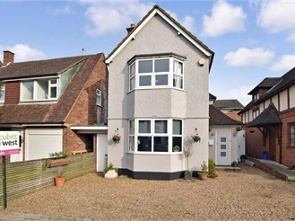 3 bedroom detached house in Leatherhead