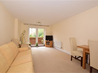 2 bedroom lower-ground floor flat in Caterham