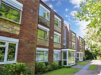 2 bedroom second floor flat in Wallington