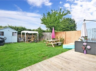 3 bedroom end of terrace house in Merstham