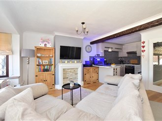 2 bedroom top floor apartment in Storrington
