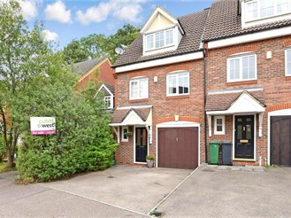4 bed end of terrace house in Reigate