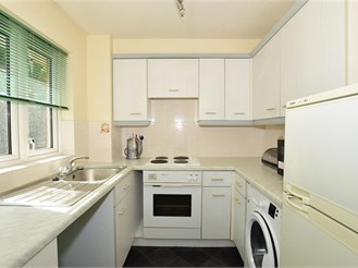 2 bed second floor apartment in Sutton