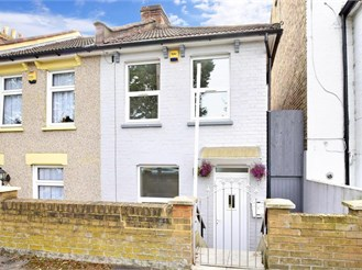 2 bed end of terrace house in Croydon