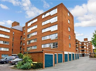 2 bedroom third floor flat in Sutton