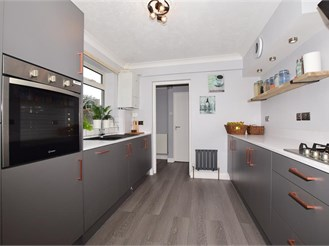 3 bedroom end of terrace house in Caterham