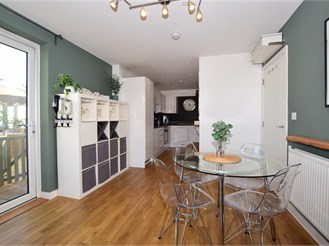 2 bedroom mid-floor flat in Croydon
