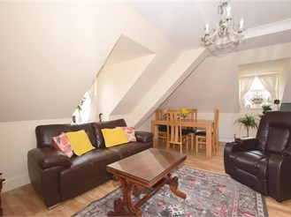 2 bed top floor apartment in Dorking