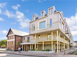 1 bedroom top floor apartment in Horsham