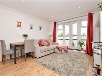 2 bed top floor apartment in Redhill