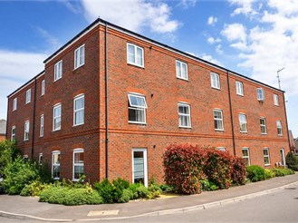 2 bedroom mid-floor flat in Hambrook, Chichester