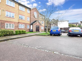 2 bed second floor flat in Reigate