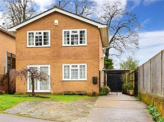 4 bedroom detached house in South Croydon