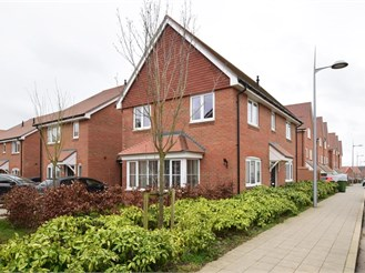 3 bedroom link-detached house in Faygate, Horsham