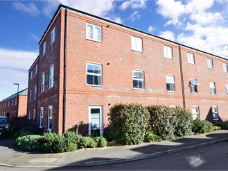 2 bed mid-floor flat in Hambrook, Chichester