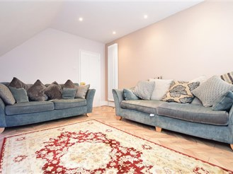 1 bed top floor converted flat in Reigate