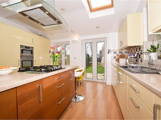 4 bed end of terrace house in Sutton