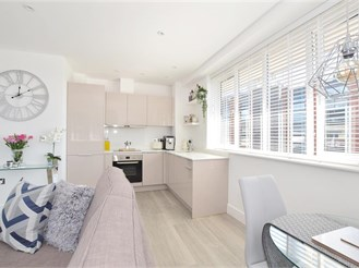 2 bed top floor apartment in Horsham