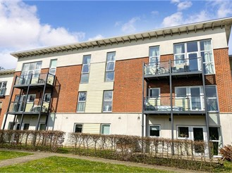 2 bed first floor apartment in Leatherhead