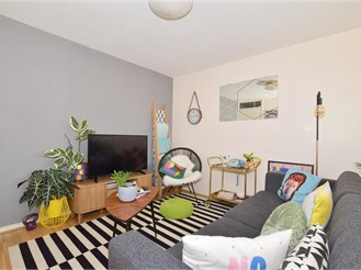 2 bed second floor flat in Pound Hill, Crawley