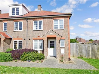 3 bed end of terrace house in Chichester