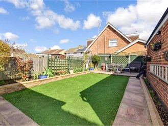 4 bed semi-detached house in Gravesend
